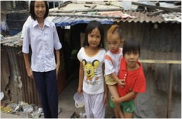 Children_in_front_of_house